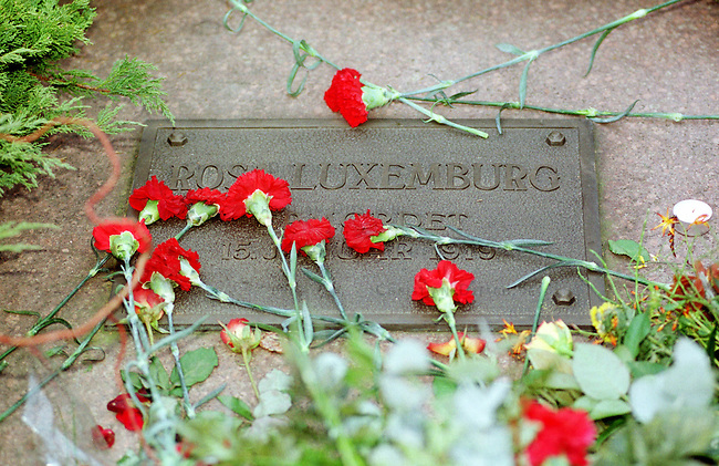 Zum Gedenken an die vor 81 Jahren am 15. Januar 1919 ermordeten Rosa Luxemburg und Karl Liebknecht kamen 80.000 Menschen zur Gedenkstaette der Sozialisten nach Berlin-Friedrichsfelde. Die Veranstaltung wurde von 2.000 Polizisten, darunter etliche Scharfschuetzen, gesichert.<br /> Am Wochenende zuvor wurde das Gedenken von Polizei und Innensenat wegen einer ominoesen Anschlagsdrohung verboten.<br /> Hier: Die Gedenkplatte fuer Rosa Luxemburg.<br /> Berlin, 15.1.2000<br /> Copyright: Christian-Ditsch.de<br /> [Inhaltsveraendernde Manipulation des Fotos nur nach ausdruecklicher Genehmigung des Fotografen. Vereinbarungen ueber Abtretung von Persoenlichkeitsrechten/Model Release der abgebildeten Person/Personen liegen nicht vor. NO MODEL RELEASE! Nur fuer Redaktionelle Zwecke. Don't publish without copyright Christian-Ditsch.de, Veroeffentlichung nur mit Fotografennennung, sowie gegen Honorar, MwSt. und Beleg. Konto: I N G - D i B a, IBAN DE58500105175400192269, BIC INGDDEFFXXX, Kontakt: post@christian-ditsch.de<br /> Bei der Bearbeitung der Dateiinformationen darf die Urheberkennzeichnung in den EXIF- und  IPTC-Daten nicht entfernt werden, diese sind in digitalen Medien nach &sect;95c UrhG rechtlich gesch&uuml;tzt. Der Urhebervermerk wird gemaess &sect;13 UrhG verlangt.]