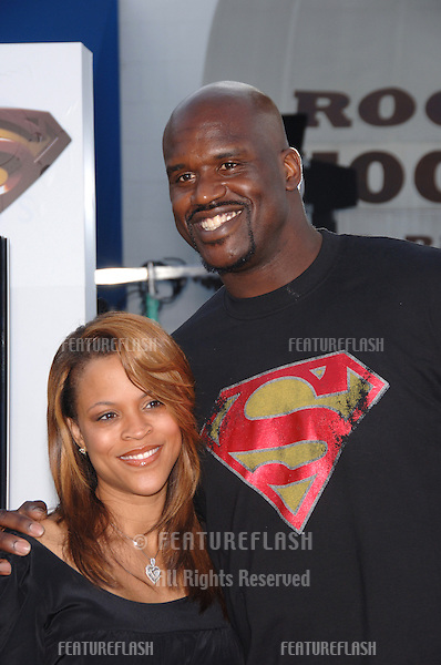 "Basketball star SHAQUILLE O'NEAL & wife at the world premiere of ""Superman Returns"" in Los Angeles..June 21, 2006  Los Angeles, CA.© 2006 Paul Smith / Featureflash"