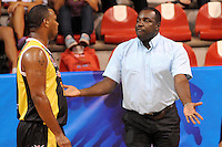 MEDELLIN - COLOMBIA: 05-04-2013: Javier Gordon (Der.) técnico de Caribbean Heat Cartagena da instrucciones a Cliff Leon (Izq.) durante partido Academia de la Montaña de Antioquia y Caribbean Heat Cartagena abril 5 de 2013. Academia de la Montaña y Caribbean Heat Cartagena en la  fecha 23 de  la Liga Directv Profesional de baloncesto en partido jugado en la Universidad de Medellín. (Foto: VizzorImage / Luis Rios / Str). Javier Gordon (R) coach of the Caribbean Heat Cartagena gives instructions to Cliff Leon (L) during the match Academia de la Montaña de Antioquia and Caribbean Heat Cartagena April 5, 2013. Academia de la Montaña and Caribbean Heat Cartagena in the match for the 23 date of the Directv Professional League basketball, game at the Universidad de Medellin (Photo: VizzorImage / Luis Rios / Str). .