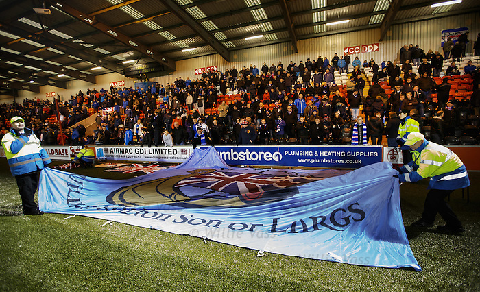 Stewards struggle with the large Largs banner