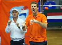 06-03-11, Tennis, Oekraine, Kharkov, Daviscup, Oekraine - Netherlands,  Captain Jan Siemerink en Technisch directeur Rohan Goetske(L) gaan uit hun dak