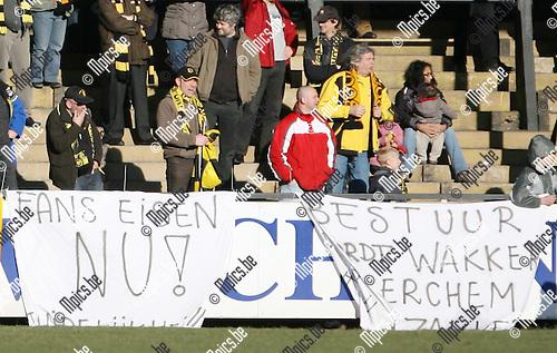 2010-03-07 / Seizoen 2009-2010 / Volleybal / Berchem Sport - KFCO Wilrijk / De supporters laten het bestuur weten dat ze moeten wakker worden..Foto: mpics