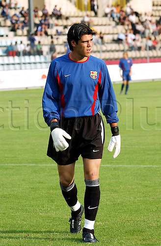 30.07.2002  Victor Valdes (Barca) skeptisch; Primera Division, Test, Genf - FC Barcelona 1:4, Viktor