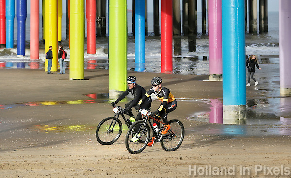 Nederland Scheveningen 2016. Kurhaus Beachride Classic ( Beach Series ). Mountainbike wedstrijd van Scheveningen naar Noordwijk en weer terug. Finish bij de Pier. Foto Berlinda van Dam / Hollandse Hoogte