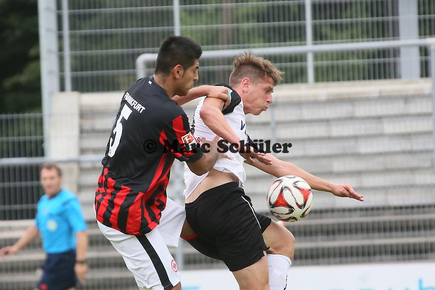 Carlos Zambrano (Eintracht) gegen Rene Gartler (SVS)