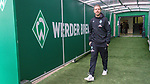 01.12.2018, Weser Stadion, Bremen, GER, 1.FBL, Werder Bremen vs FC Bayern Muenchen, <br /> <br /> DFL REGULATIONS PROHIBIT ANY USE OF PHOTOGRAPHS AS IMAGE SEQUENCES AND/OR QUASI-VIDEO.<br /> <br />  im Bild<br /> <br /> Florian Kohfeldt (Trainer SV Werder Bremen) im Spielertunnel, kommt ins Stadion<br /> <br /> Foto &copy; nordphoto / Kokenge
