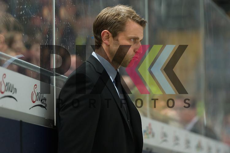 Eishockey, DEL, EHC Red Bull M&uuml;nchen - Krefeld Pinguine <br /> <br /> Im Bild Trainer der Krefeld Pinguine Franz FRITZMEIER bl&auml;st die Backen auf Schnauft tief durch Einzelbild Freisteller beim Spiel in der DEL EHC Red Bull Muenchen - Krefeld Pinguine.<br /> <br /> Foto &copy; PIX-Sportfotos *** Foto ist honorarpflichtig! *** Auf Anfrage in hoeherer Qualitaet/Aufloesung. Belegexemplar erbeten. Veroeffentlichung ausschliesslich fuer journalistisch-publizistische Zwecke. For editorial use only.