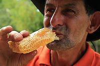Tasting the spoils following the honey war. ///La dégustation après la guerre du miel.