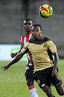ITAGÜI - COLOMBIA -27-04-2014: Edison Palomino (Der.) jugador de Itagüi disputa el balón con Jossimar Gomez (Izq.) jugador de Atletico Junior durante partido de ida Itagüi y Atletico Junior por loscuartos de final de la Liga Postobon I 2014 en el estadio Ditaires de la ciudad de Itagüi. / Edison Palomino (R) player of Itagüi fights for the ball with Jossimar Gomez (L) player of Atletico Junior during a match for the first round Itagüi and Atletico Junior for the quarter of finals of the Liga Postobon I 2014 at the Ditaires stadium in Itagüi city. Photo: VizzorImage / Luis Rios / Str.