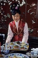 """Asie/Chine/Jiangsu/Env Nankin/Yangzhou: Hôtel de Yangzhou - Chinoise servant des plats au restaurant du """"Rêve du Pavillon Rouge""""<br /> PHOTO D'ARCHIVES // ARCHIVAL IMAGES<br /> CHINE 1990"""