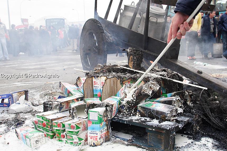 Protestas de ganaderos por el bajo precio de la leche, delante de la factoría Leche Rio, en Lugo.