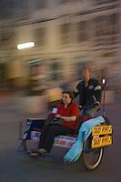 Europe/Pologne/Lodz: Cyclo-Pousse sur la rue Piotrkowska plus longue rue pietonne de Pologne à la tombée de la nuit