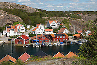 Sweden, Vaestra Goetaland County, Hamburgsund: Traditional falu red fishermen's houses and summer houses along Bohuslaen Coast | Schweden, Vaestra Goetalands laen, Hamburgsund: falunrote Sommerhaeuser und Fischerhaeuser an der Bohuslaen Kueste