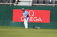 Soren Kjeldsen (DEN) chips onto the 18th green during Saturday's Round 3 of the 2018 Omega European Masters, held at the Golf Club Crans-Sur-Sierre, Crans Montana, Switzerland. 8th September 2018.<br /> Picture: Eoin Clarke | Golffile<br /> <br /> <br /> All photos usage must carry mandatory copyright credit (&copy; Golffile | Eoin Clarke)
