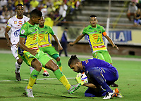 NEIVA - COLOMBIA, 18-02-2015: Jorge Ramos (Izq) del Atlético Huila disputa el balón con Alvaro Montero (Der) arquero del Deportes Tolima durante partido por la fecha 8 de la Liga Águila I 2018 jugado en el estadio Guillermo Plazas Alcid de la ciudad de Neiva. / Jorge Ramos (L) player of Atletico Huila fights for the ball with Alvaro Montero (R) goalkeeper of Deportes Tolima during match for the date 8 of the Aguila League I 2018 played at Guillermo Plazas Alcid in Neiva city. VizzorImage / Sergio Reyes / Cont