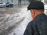 SÃO PAULO,SP,23-10-13 - CHUVA ALAGAMENTO - Ponto de alagamento na Rua José Zappi na Vila Prudente depois da forte chuva que atingiu a capital na tarde de hoje (23). (FOTO ALE VIANNA - BRAZIL PHOTO PRESS).