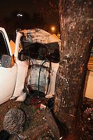 SAO PAULO, SP, 08/08/2012, ACID. AV. RADIAL LESTE.  Um motorista ficou ferido apos ser ejetado de seu veiculo a mais de 20 metros de distancia,  apos  colidir contra uma arvore na Av. Radial Leste altura da R. Joao Tobias. O acidente aconteceu na madrugada dessa Quarta-feira (8). Luiz Guarnieri/ Brazil Photo Press
