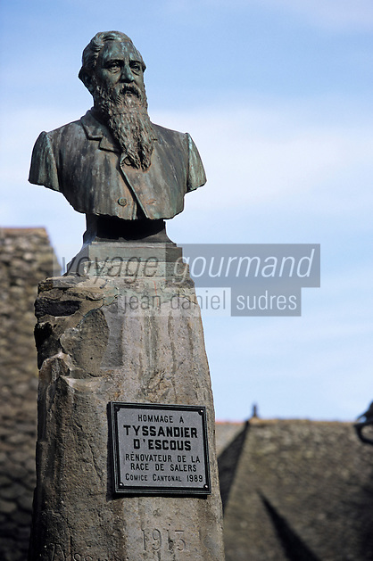 Europe/France/Auvergne/15/Cantal/Salers : Buste de Tissandier d'Escous rénovateur de la race Salers - Place Tissandier d'Escous