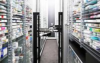 Nederland Zaandam 2017.  Geneesmiddelen bij de Zaan Apotheek. De medicijnen worden uit de kast gehaald mbv een robot.  Foto Berlinda van Dam / Hollandse Hoogte
