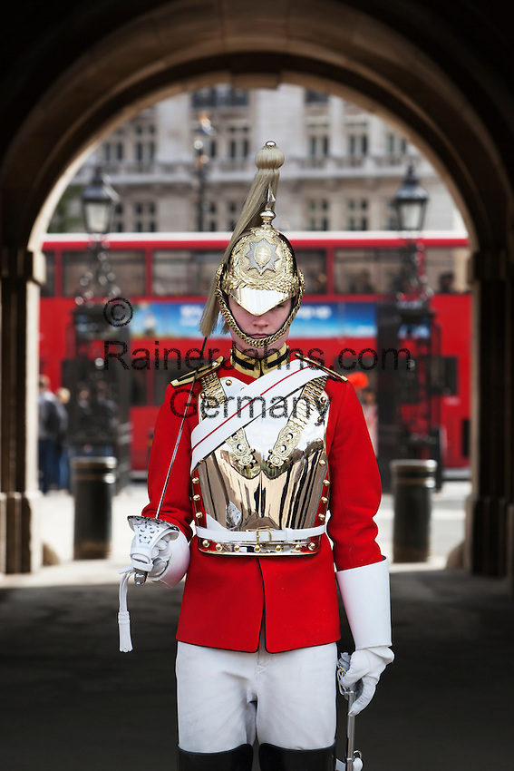 United Kingdom, London: Life Guard of the Household Cavalry with red London bus passing behind | Grossbritannien, England, London: Life Guard of the Household Cavalry, ein roter Doppeldecker in Hintergrund