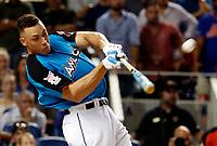 JGM63. MIAMI (FLORIDA), 10/07/2017. El jugador de la Liga Americana Aaron Judge de los Yankees de Nueva York batea durante la ronda final durante el All-Star Home Run Derby 2017 este lunes 10 de julio de 2017, en el Marlins Park de Miami, Florida (EE.UU.). EFE/ERIK S. LESSER