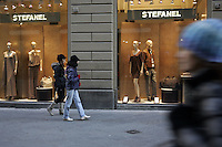 Shopping a Via dei Calzaiuoli, Firenze.<br /> Shopping in Via dei Calzaiuoli, Florence.<br /> UPDATE IMAGES PRESS/Riccardo De Luca