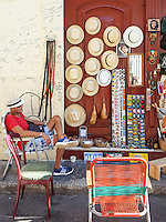 HAVANA-CUBA - 13.10.2016: Produtos turísticos a venda em rua na região central de Havana, Cuba. (Foto: Bete Marques/Brazil Photo Press)