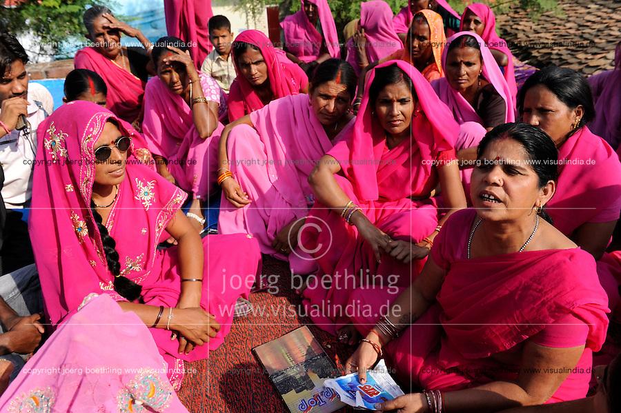 INDIEN Uttar Pradesh, Bundelkhand, Frauen unterer Kasten und kastenlose Frauen organisieren sich in der Frauenbewegung Gulabi Gang von Sampat Pal Devi , sie fordern gleiche Rechte und kaempfen notfalls mit Gewalt mit Bambusstoecken gewalttaetige Maenner, Korruption und Polizeiwillkuer , Lagebesprechung und Planung einer Demo in Mahoba / INDIA UP Bundelkhand, women movement Gulabi Gang in pink sari fight for women rights and against violence of men, corruption and police arbitrariness, meeting in Mahoba