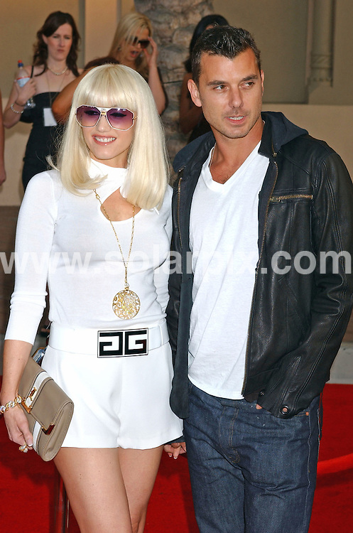 **ALL ROUND PICTURES FROM SOLARPIX.COM**.**WORLDWIDE SYNDICATION RIGHTS EXCLUDING - FRANCE** ..Gwen Stefani and husband Gavin Rossdale arrive at the 2006 American Music Awards in Hollywood, Ca. at the Shrine Auditorium on Nov. 21, 2006.  ..DATE: 21/11/2006-JOB REF: 3076-GLS.**MUST CREDIT SOLARPIX.COM OR DOUBLE FEE WILL BE CHARGED**