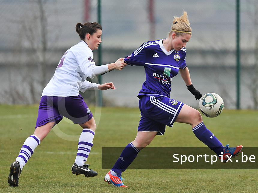 RSC Anderlecht Dames - Beerschot : Jana Coryn aan de bal voor  Thais Oosters.foto DAVID CATRY / Vrouwenteam.be