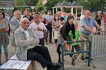 Nederland, Haaren, 03-09-2010 Dorpsbewoners luisteren naar presentatie van Frank de Boer directeur Cuadrilla. De gemeente Haaren in Noord-Brabant organiseert een avond met film en debat op het dorpsplein. Ze willen de meningen peilen over het toestaan van boringen naar schaliegas. De Stichting SchalieGASvrij Haaren en het bedrijf Cuadrilla Resources spreken tijdens de manifestatie.  .FOTO: Gerard Til