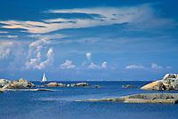 Segelbåt på en blå fjärd utanför Stora-Nassa i ytterskärgården Stockholm. / Sailing on a blue bay beyond Stora Nassa in Stockholm outer archipelago.