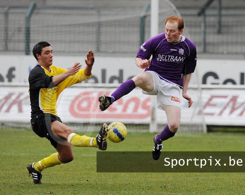 SW Harelbeke - SC Menen : Olivier Vanwijnsberghe vliegt in op David Delameilleure (links).foto VDB / BART VANDENBROUCKE