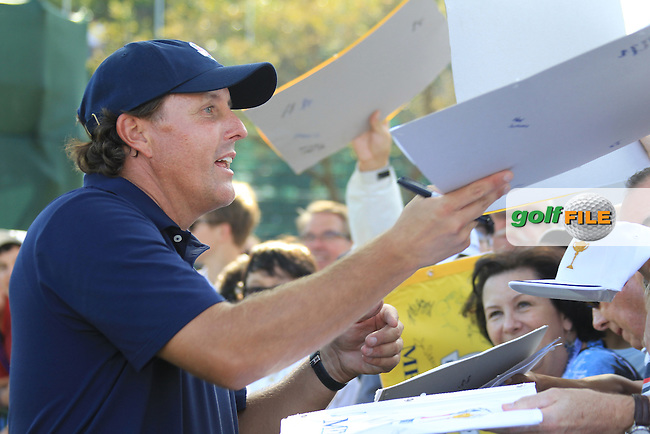 USA Player Phil Mickelson (USA) signs autographs during Monday's Practice Day of the 39th Ryder Cup at Medinah Country Club, Chicago, Illinois 25th September 2012 (Photo Eoin Clarke/www.golffile.ie)