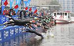 06.07.2019,  Innenstadt, Hamburg, GER, Hamburg Wasser World Triathlon, Elite Frauen, im Bild Start am Jungfernstieg an der Binnenalster Foto © nordphoto / Witke *** Local Caption ***