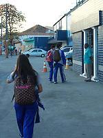 Rio de Janeiro (RJ) 01.08.2012. Trânsito / Volta sa Aulas, - Movimentação de alunos na volta as aulas na Escola Pentágono nesta quarta-feira dia (01.08),no Bairro de Vila Valqueire,Zona Oeste do Rio de Janeiro. Foto:Arion Marinho/Brazil Photo Press.