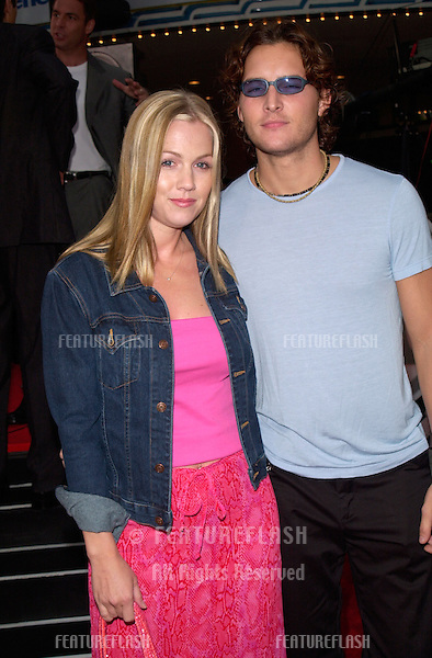 Actress JENNIE GARTH & actor husband PETER FACINELLI at the Los Angeles premiere of Me, Myself & Irene.