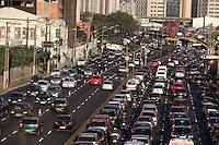 SÃO PAULO, SP, 19/07/2012, TRANSITO RADIAL LESTE.  A volta para casa do paulistano novamente está complicada em direção a Zona Leste, a Av. Radial Leste está com transito acima da media para o horario. Luiz Guarnieri/ Brazil Photo Press.