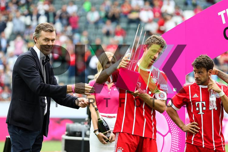 Sieger Telekom Cup 2017 FC Bayern M&uuml;nchen, Muenchens Thomas Mueller (Nr.25) nimmt den Pokal entgegen beim Telekom Cup 2017 Bayern Muenchen - Werder Bremen.<br /> <br /> Foto &copy; PIX-Sportfotos *** Foto ist honorarpflichtig! *** Auf Anfrage in hoeherer Qualitaet/Aufloesung. Belegexemplar erbeten. Veroeffentlichung ausschliesslich fuer journalistisch-publizistische Zwecke. For editorial use only.