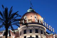 France, Provence-Alpes-Côte d'Azur, Nice: Le Negresco hotel, Promenade des Anglais | Frankreich, Provence-Alpes-Côte d'Azur, Nizza: Kuppel des beruehmten Hotels Le Negresco an der Promenade des Anglais am Abend