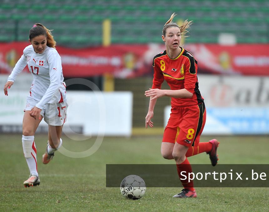 Belgium U19 - Switzerland U19 : Nicky Van den Abbeele aan de bal voor Alessa Castignetti (links).foto DAVID CATRY / Nikonpro.be