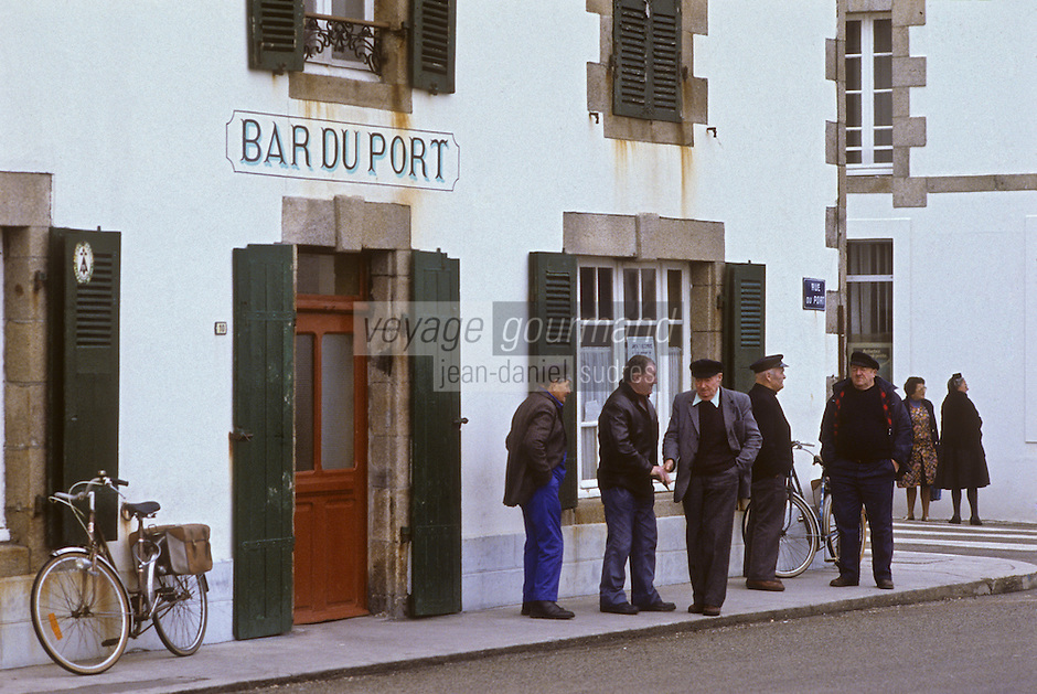 Europe/France/Bretagne/29/Finistère/Penmarc'h/Saint-Guénolé: Pêcheurs devant le Bar du Port<br /> PHOTO D'ARCHIVES // ARCHIVAL IMAGES<br /> FRANCE 1990