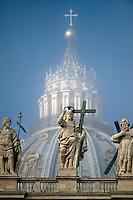 Vaticano, 11 Novembre, 2015. Una veduta della cupola della Basilica si San Pietro avvolta nella nebbia