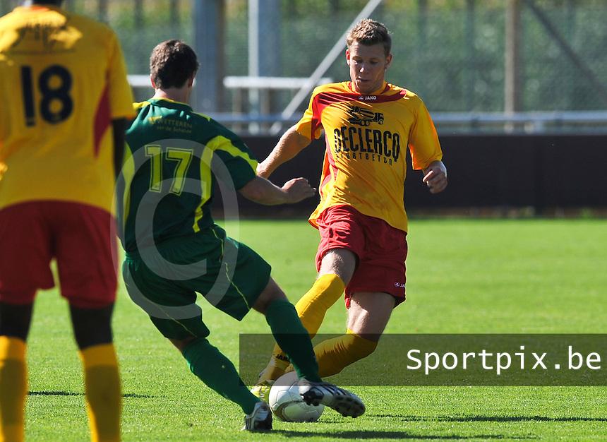 Racing Waregem - Standaard Wetteren : Pieter Vangheluwe aan de bal voor Robbe Van Ruyskensvelde.foto VDB / BART VANDENBROUCKE