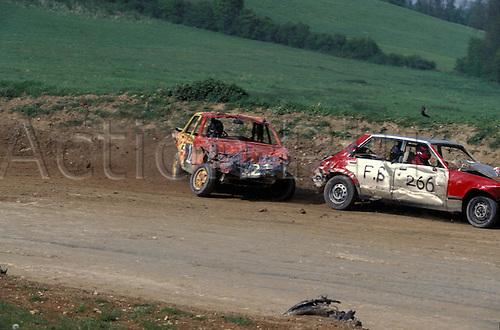 Banger cars race round the dirt circuit, BANGER RACING action, Layhams Farm, New Addington, Surrey, 9405. Photo: Richard Francis/Action Plus...motorsport car motor stock cars dirt oval racing