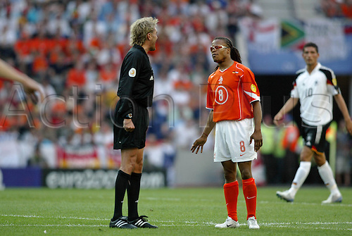 15 June 2004: Dutch midfielder Edgar Davids argues with referee Anders Frisk during the Euro 2004 Group D match between Germany and Holland at the Estadio do Dragao, Porto. The match ended in a 1-1 draw. Photo: Glyn Kirk/actionplus..040615 football soccer man men male player netherlands dreadlocks hair arguing