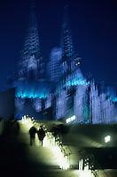 Europe/Allemagne/Rhénanie du Nord-Westphalie/Cologne: Flèches de la Cathédrale gothique vues de nuit depuis les bords du Rhin