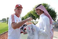 Fussball 1. Bundesliga:  Saison   2011/2012    Winter Trainingslager des FC Bayern Muenchen  03.01.2012 Trainer Jupp Heynckes  (FC Bayern Muenchen) schreibt fuer einen katarischen FC Bayern Fan ein Autogramm auf ein FC Bayern Trikot.
