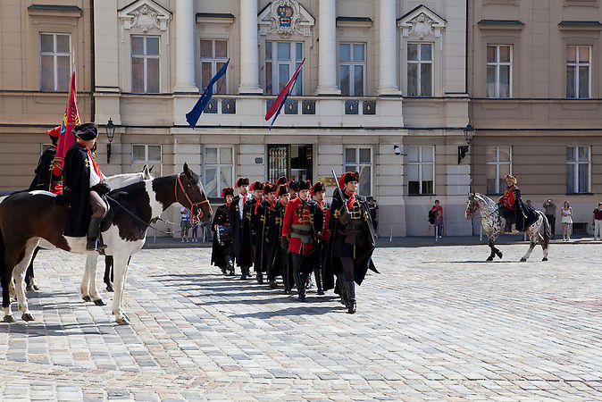 Vor dem kroatischen Parlament Sabor wechselt die Wache in historischen Kleidern. / Before the Sabor, the Croatian parliament, the guard changes in historical clothes.