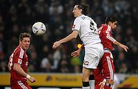 FUSSBALL   1. BUNDESLIGA   SAISON 2011/2012   23. SPIELTAG Borussia Moenchengladbach - Hamburger SV         24.02.2012 Roel Brouwers (Mitte, Borussia Moenchengladbach) gegen Slobodan Rajkovic (li)  und Tomas Rincon (re, beide Hamburger SV)